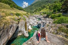 Bavona flod med schweiziska fjällängar i kantonen Ticino, Bavona dal, Schweiz, Europa fotografering för bildbyråer