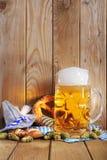 Bawarscy miękcy precle z piwem obrazy royalty free