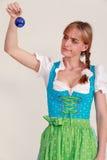 Bawarska kobieta wątpienia o twój Bożenarodzeniowych dekoracjach fotografia royalty free