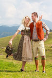 Bawarska para w modnych skór spodniach, dirndl i Fotografia Royalty Free