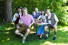 Bawarska rodzina w parku zdjęcia stock