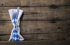 Bawarski jedzenie Stary drewniany tło z nożem i rozwidleniem stół Fotografia Royalty Free