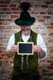 Bawarski mężczyzna trzyma czarną deskę obraz stock