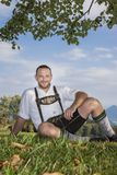 Bawarski tradycja mężczyzna w trawie zdjęcie royalty free