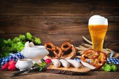 Bawarskie kiełbasy z preclami, słodką musztardą i piwem, Zdjęcia Royalty Free