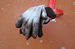 Bawełniana rękawiczka, już brudna, wiesza Zdjęcie Royalty Free