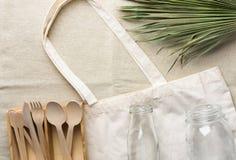 Bawełnianej tkaniny dużego ciężaru torby flatware drewnianego cutlery słoju butelki zieleni krystaliczny palmowy liść na bieliźni obrazy stock