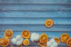 Bawełniani bolls i dired pomarańcze na błękitnym drewnianym stole obraz stock