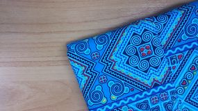 Bawełniana błękitna koszulowa szczegół tekstura na drewno stołu tle Obrazy Royalty Free