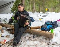 Bawić się akordeon podczas świętowań Maslenitsa obraz stock