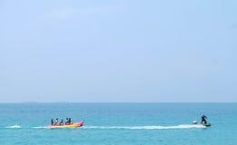 Bawić się Bananową łódź obrazy royalty free