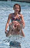bawić się basenu chłopiec dziewczyna Obraz Stock