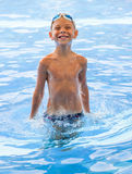 Bawić się chłopiec w wodzie Fotografia Royalty Free