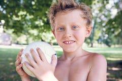 Bawić się chłopiec z piłką Zdjęcia Royalty Free
