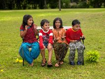 bawić się deszcz azjatykci dzieciaki Obraz Stock