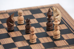 Bawić się drewnianych szachowych kawałki Zdjęcie Royalty Free
