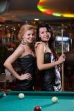 bawić się dwa billiards piękne dziewczyny Fotografia Stock