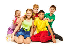 Bawić się dzieci siedzi na podłoga wpólnie Obrazy Stock