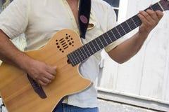 Bawić się gitarę Obraz Stock