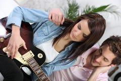 Bawić się gitarę kobieta Fotografia Stock