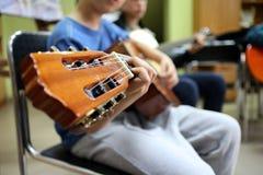 Bawić się gitarę, mężczyzna bawić się gitarę obraz royalty free