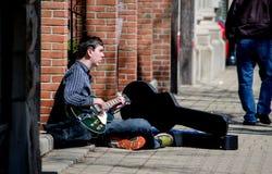 Bawić się gitarę na ulicie Obrazy Royalty Free