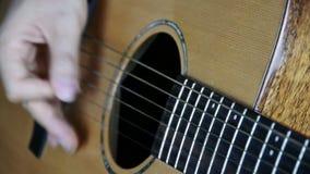 Bawić się gitarę, pobrząka zbiory