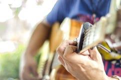 Bawić się gitary… Pięknej nastoletniej dziewczyny bawić się muzykę z gitarą Obraz Stock