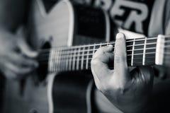 Bawić się gitary… Pięknej nastoletniej dziewczyny bawić się muzykę z gitarą Obraz Royalty Free