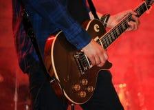 Bawić się giutar przy rockowym koncertem obraz royalty free