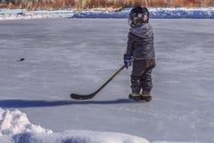 Bawić się hokeja na Plenerowym lodowisku zdjęcia stock