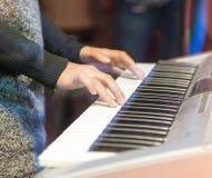 Bawić się klawiaturę Fotografia Stock