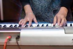 Bawić się klawiaturę Zdjęcie Stock