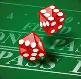 Bawić się kostka do gry na kasyno stole Zdjęcia Stock