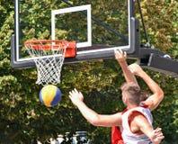 Bawić się koszykówkę plenerową fotografia stock