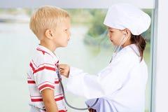 Bawić się lekarkę i pacjenta obrazy royalty free