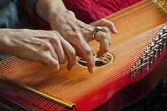 Bawić się muzykę na podołek harfie w zbliżenie widoku fotografia royalty free