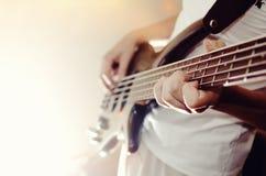 Bawić się na elektrycznej Basowej gitarze Obraz Stock
