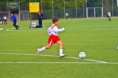 Bawić się piłkę nożną dzieci BSC sChwalbach Obrazy Royalty Free