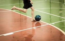 Bawić się piłkę nożną w deszczu Fotografia Royalty Free
