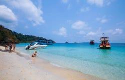 Bawić się piasek na plaży fotografia stock