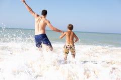 bawić się potomstwa chłopiec plażowy ojciec zdjęcie stock