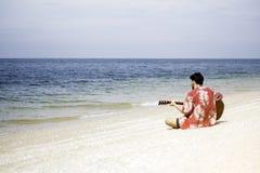 bawić się potomstwa przystojny gitara mężczyzna zdjęcia stock