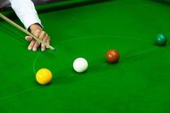Bawić się snooker przebija czerwoną piłkę, celuje piłkę i wkładać do kieszeni dziury zdobywać punkty punkty, czerń, zdjęcia royalty free