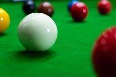 Bawić się snooker przebija czerwoną piłkę, celuje piłkę i wkładać do kieszeni dziury zdobywać punkty punkty, czerń, obrazy stock
