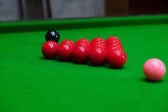 Bawić się snooker przebija czerwoną piłkę, celuje piłkę i wkładać do kieszeni dziury zdobywać punkty punkty, czerń, obrazy royalty free
