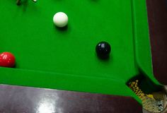 Bawić się snooker przebija czerwoną piłkę, celuje piłkę i wkładać do kieszeni dziury zdobywać punkty punkty, czerń, zdjęcie stock