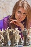 Bawić się szachy piękna młoda kobieta Zdjęcie Royalty Free