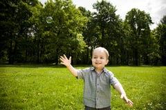 Bawić się w polu szczęśliwa chłopiec Obraz Stock