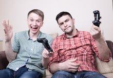 bawić się wideo gra faceci dwa Obrazy Stock